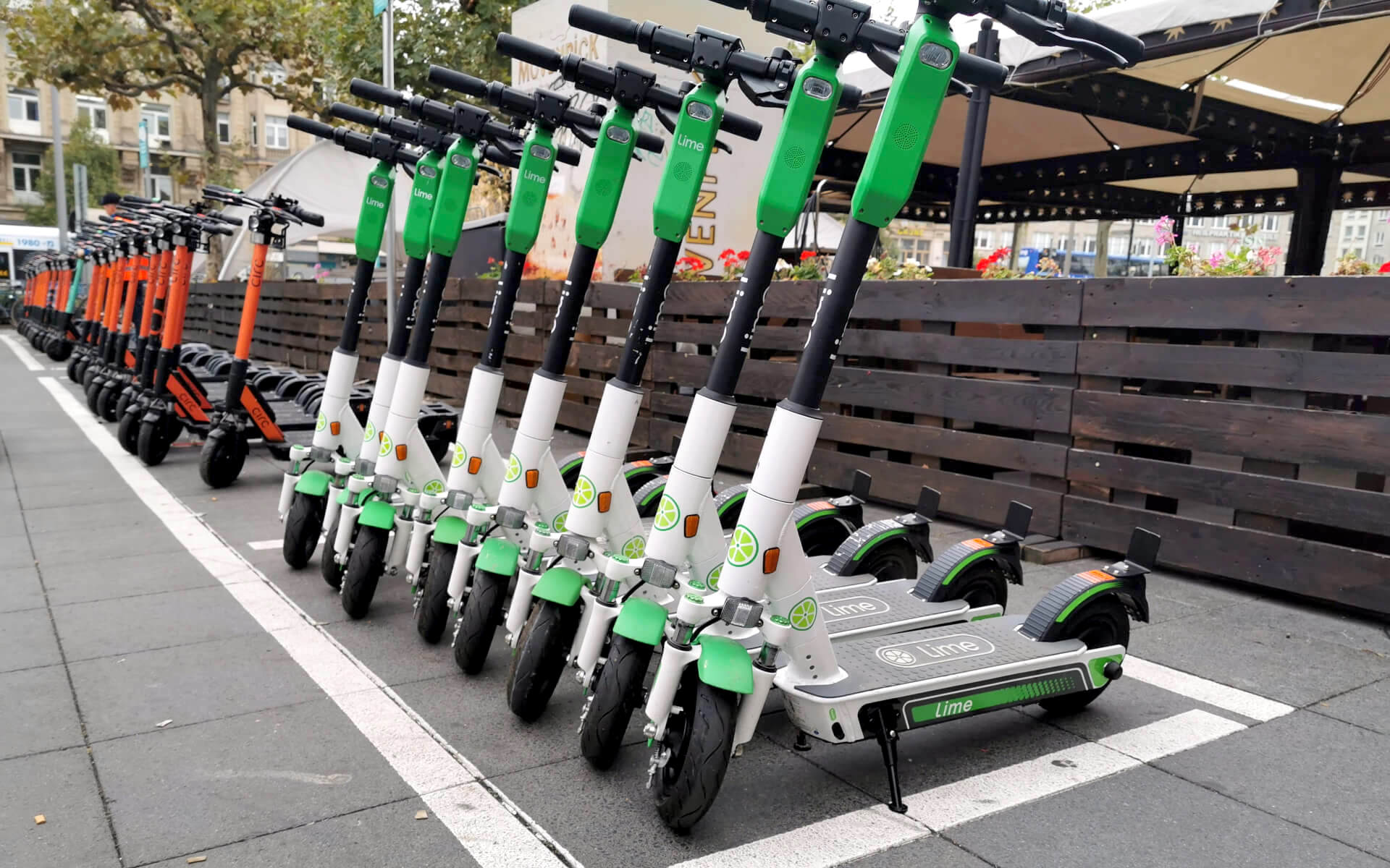e-scooters use magnetic connectors for charging